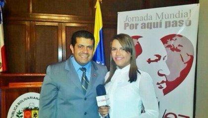 Despiden a una periodista dominicana por fotografiarse con el embajador venezolano