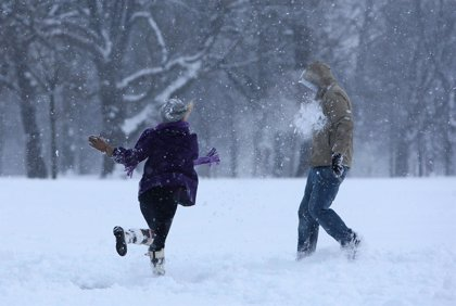 Detienen a un niño de 13 años por lanzar una bola de nieve a un policía