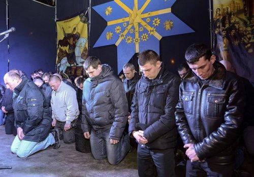 Agentes de policía de Ucrania se arrodillan para pedir perdón