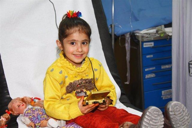 Niña con consola de la Fundación Juegaterapia en Herat (Afganistán)