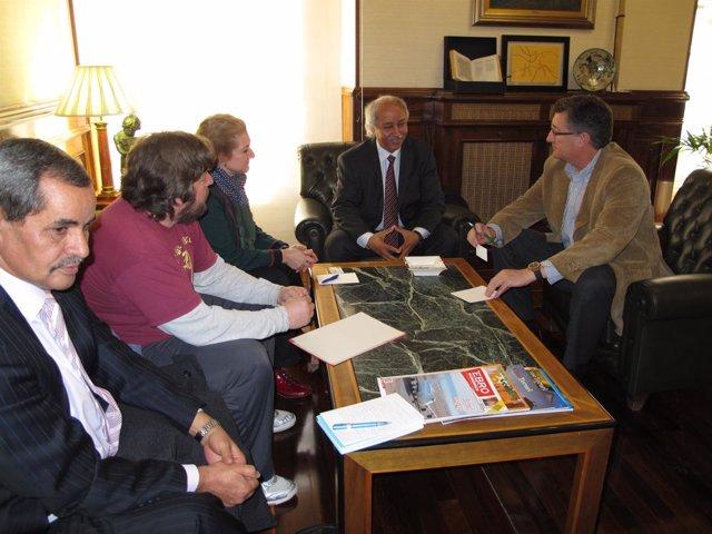 El alcalde con la delegación saharaui