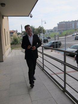El alcalde de Castro Urdiales, Iván González, llegando a los juzgados