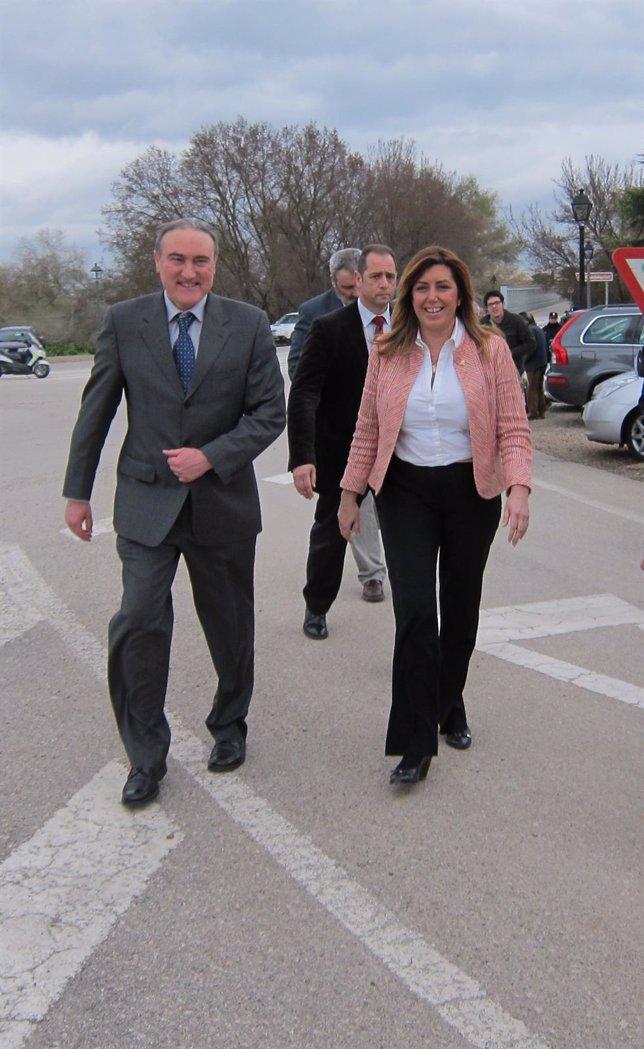 Susana Díaz camina junto al alcalde de Palma del Río