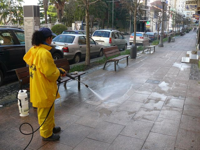 Labores de limpieza en Astillero