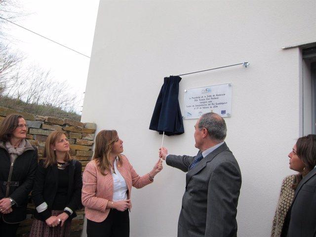 La presidenta y el alcalde descubren la placa inaugural