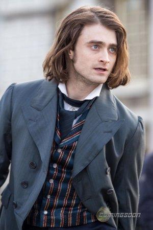Daniel Radcliffe con melena y traje de época para