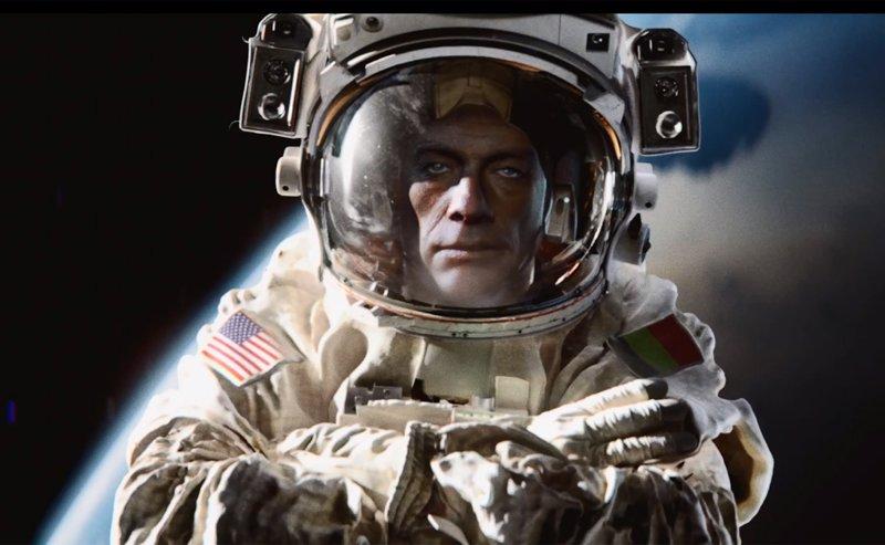 Van Damme se parodia a sí mismo, y a Chuck Norris, en el espacio