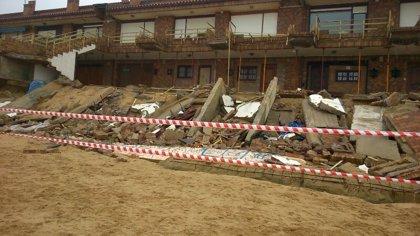 La marea destruye varias terrazas de los chalets de la playa de Somo
