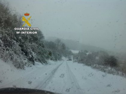 La Guardia Civil auxilia a 25 conductores atrapados en la nieve en el  puerto de Panderrueda