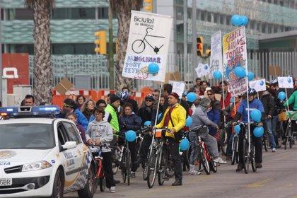 Más de 150 personas participan en la 'bicicletada' en contra de la ampliación del Molinar
