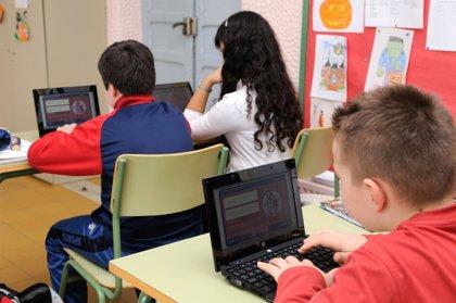 Los jóvenes que no reconocen las veces que se conectan a Internet y prefieren las 'ciber-relaciones' necesitan ayuda