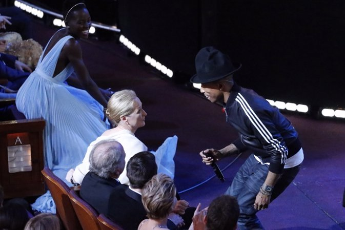 Pharrell Williams performs in front of actress Meryl Streep, best actress nomine