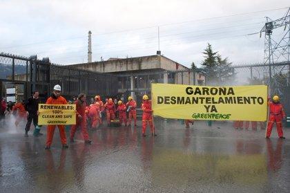 Activistas de Greenpeace se manifiestan en Garoña