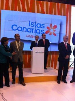 Paulino Rivero en la inauguración del 'stand' de Canarias en Fitur