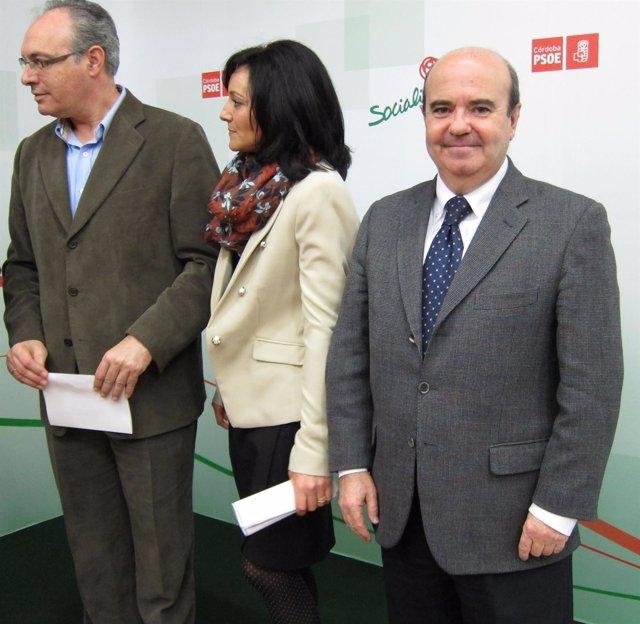 Zarrías (dcha.) junto a Durán y Crespín en la sede del PSOE de Córdoba