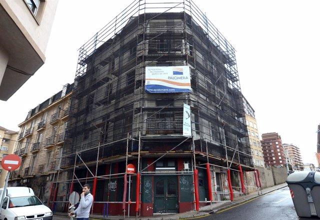 Edificio en fase de derribo en la calle Canalejas de Santander