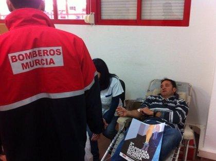Alrededor de medio centenar de bomberos donan sangre como gesto de gratitud a la sociedad murciana