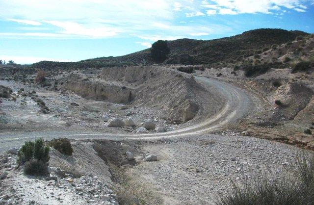 Imagen de un paso dañado por la riada sobre la rambla del Periago en Lorca