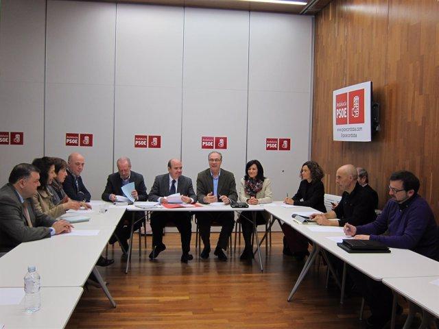 Zarrías (al fondo), durante la reunión en la sede del PSOE de Córdoba