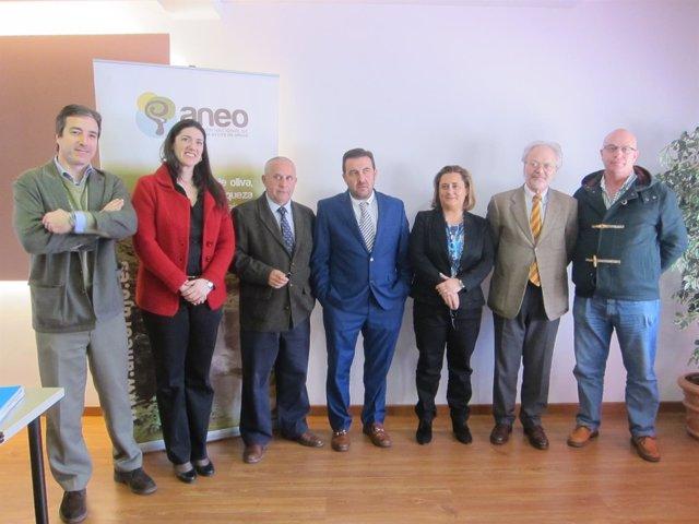 Maestro, en el centro, con representantes del sector del olivar.