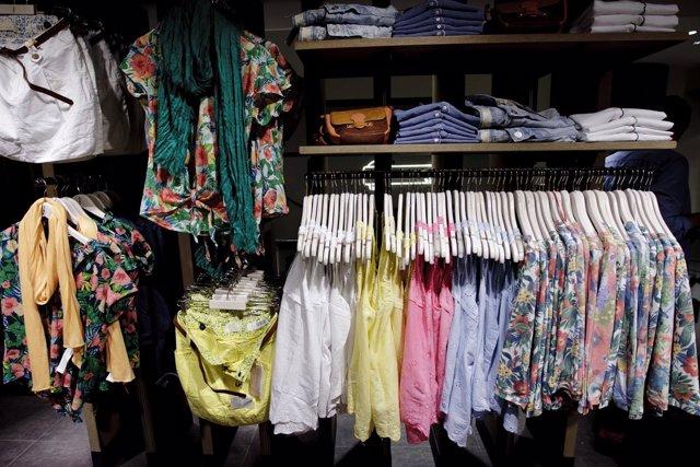 Recursos de ropa, complementos y caja de una tienda