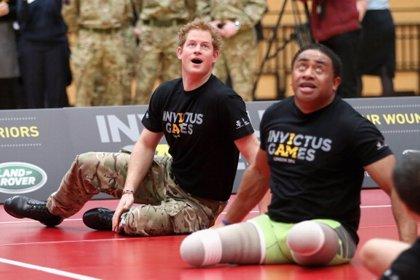 El Príncipe Harry disfruta jugando al voleibol con los heridos de guerra