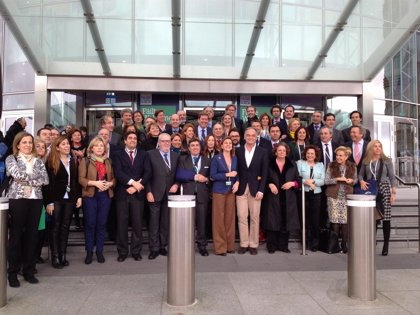 La delegación española no sabe aún oficialmente si votará a Juncker o Barnier como candidato del PPE a la Comisión