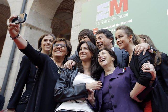 Ignacio González, en un 'selfie' con las mujeres galardonadas por la Comunidad