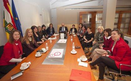 Nieto asiste al taller 'Una mirada de género', en donde han analizado la imagen de la mujer en el cine y televisión
