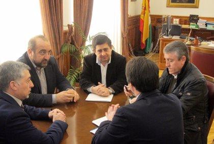 Diputación y orujeros invitarán al ministro Soria a conocer en persona la situación del sector en la provincia