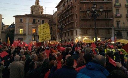 Entidades sociales y cívicas sacan 'tarjeta roja' a Fabra para exigir su dimisión y elecciones anticipadas