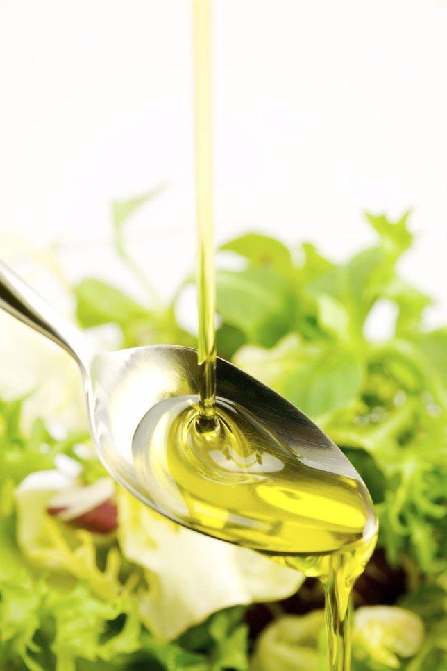 Controlar el colesterol es posible, aceite, ensalada, dieta mediterránea