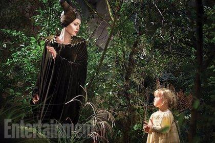 Angelina Jolie junto a su hija Vivienne en una nueva imagen de 'Maléfica'