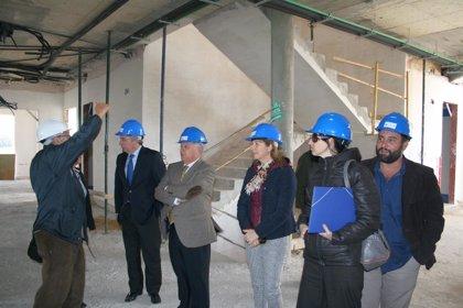 """De Torre subraya """"la importancia del tercer sector"""" en la visita a las obras del centro de Adacca en Chiclana"""