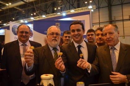 García acude a apoyar a los empresarios de Almería al 'Salón de Gourmets' y recibe la visita de Arias Cañete