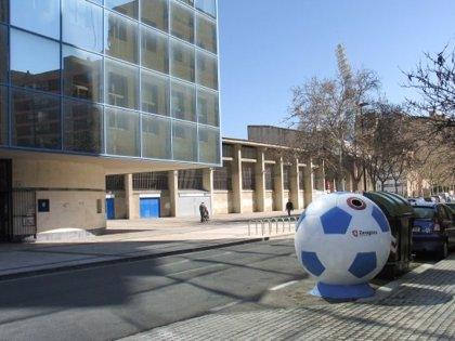 Instalan seis contenedores de recogida de vidrio con forma de balón de fútbol en el entorno de la Romareda
