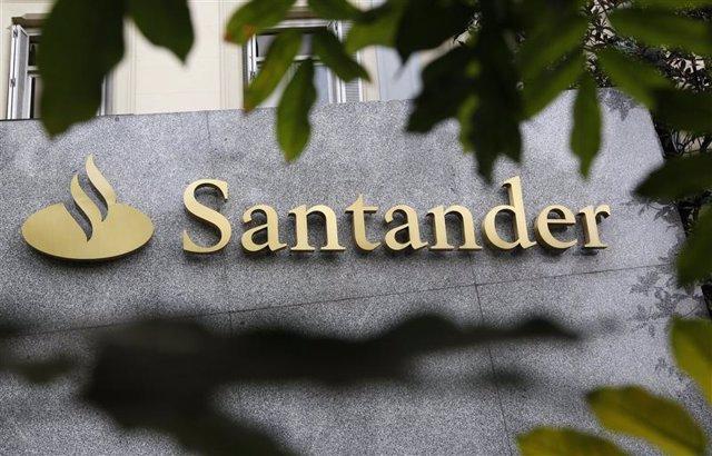 El logo del banco Santander esapañol a las afueras de un edificio en Madrid