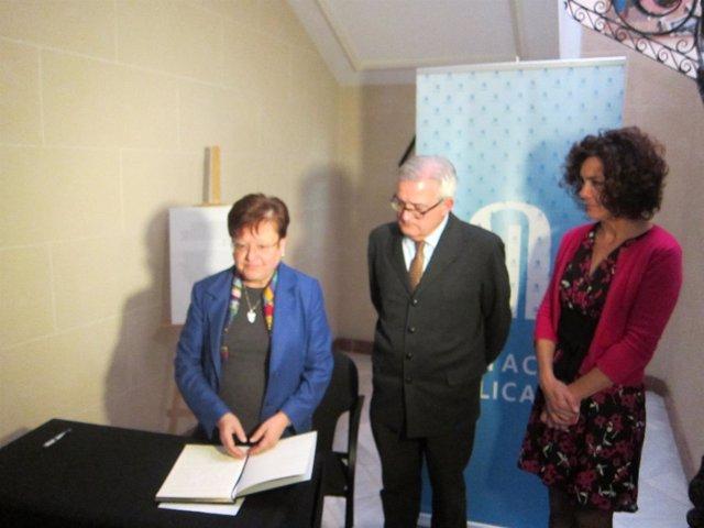 Pastor, Asencio y Suárez durante la firma en el libro de condolencias por el 11M