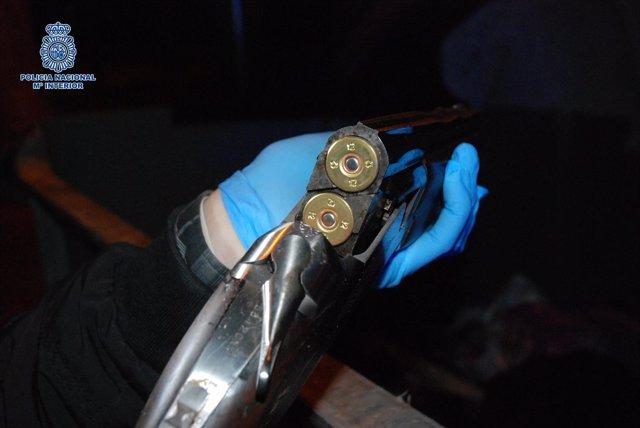 Escopeta y munición intervenidas por la Policía Nacional