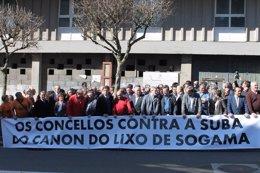 Protesta de alcaldes, políticos y diputados por el canon de Sogama.