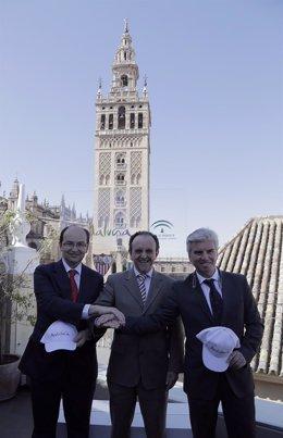 Miguel Guillén (Betis), el consejero Rafael Rodríguez, y José Castro (Sevilla)
