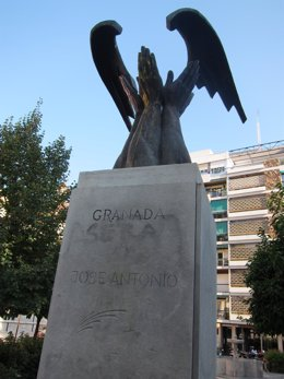 Monolito A Primo De Rivera En La Plaza De Bibataubín