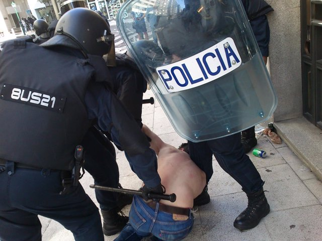 Carga policial contra los manifestantes del cerco en Santiago