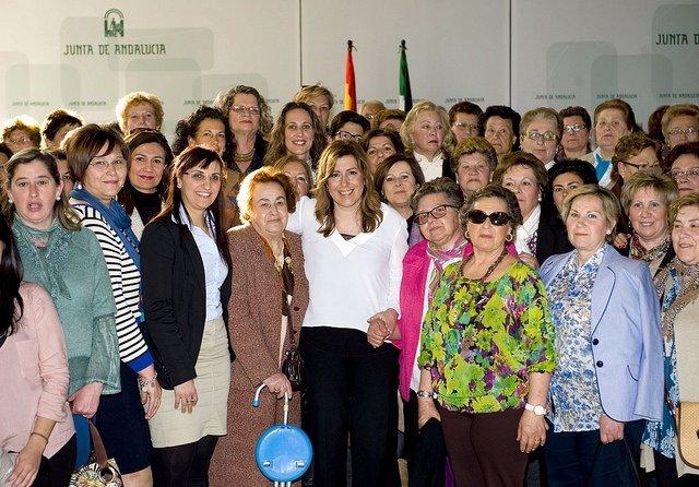 Susana Díaz se reúne con un grupo de mujeres de Villamanrique