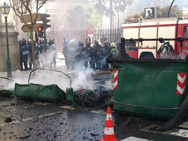 Contenedores quemados por los incidentes en la protesta del cerco