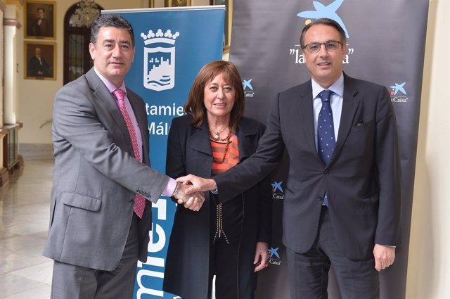 """La concejala de Málaga  Ana Navarro con representantes de """"la Caixa"""""""