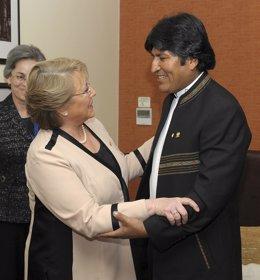 Presidenta electa de Chile, M. Bachelet, y el presidente de Bolivia, Evo Morales