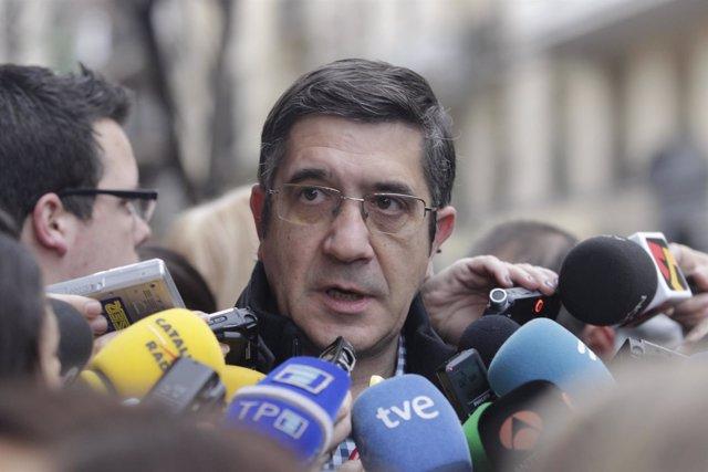 Patxi López se dirige a los medios en el Comité Federal del PSOE
