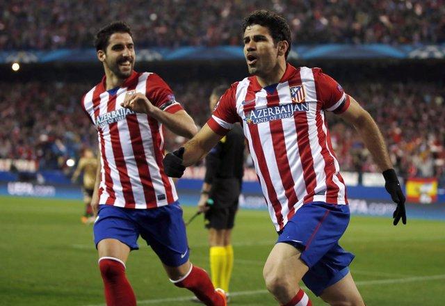 Diego Costa celebra con Raúl García un gol al Milan