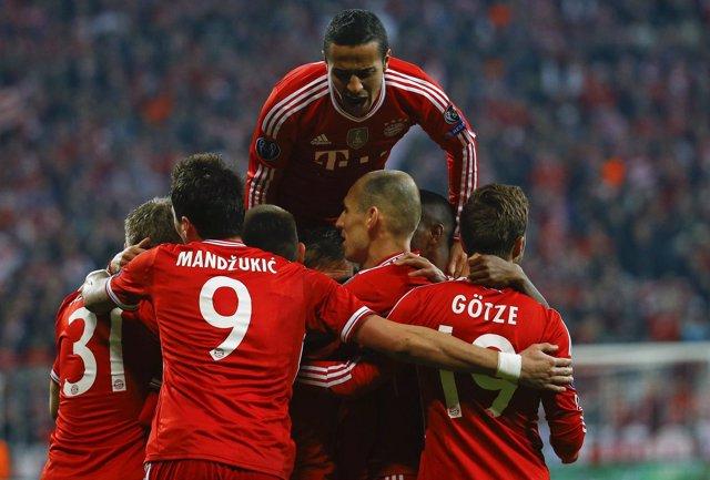 El Bayern arropa a Schweinsteiger tras su gol al Arsenal